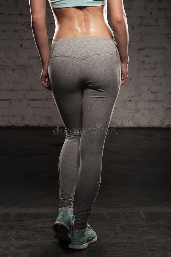 Η πλάτη των αθλητριών στην κατάρτιση, κορίτσι ικανότητας με το μυϊκό σώμα, κάνει το workout της στοκ φωτογραφία με δικαίωμα ελεύθερης χρήσης