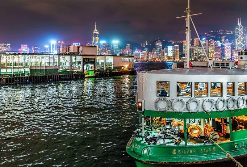Η πλέοντας βάρκα πορθμείων αστεριών passanger μετέφερε τους επιβάτες πέρα από το λιμάνι Βικτώριας στο Χονγκ Κονγκ στοκ εικόνες