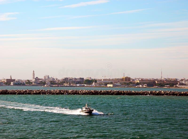 Η πλησιάζοντας βάρκα στοκ εικόνα