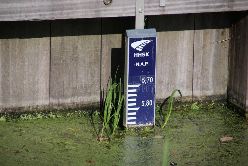 Η ράβδος Gaude στο νερό στα εκατοστόμετρα δείχνει τη στάθμη ύδατος Σε αυτήν την ράβδο η στάθμη ύδατος είναι 5 90 μέτρα κάτω από s στοκ εικόνες