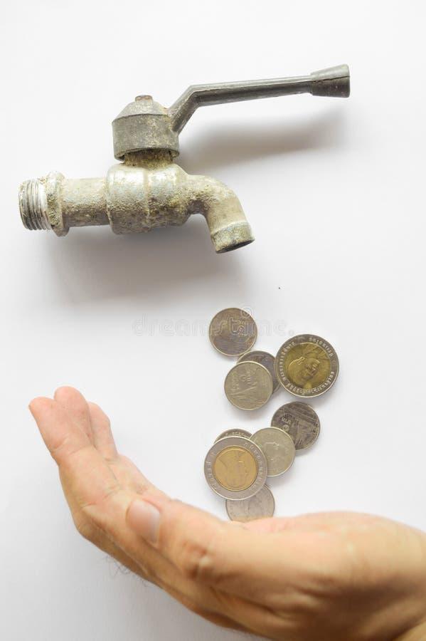 Η ροή χρημάτων νομισμάτων διαμορφώνει έξω τη στρόφιγγα χάλυβα στο άσπρο υπόβαθρο στοκ εικόνες