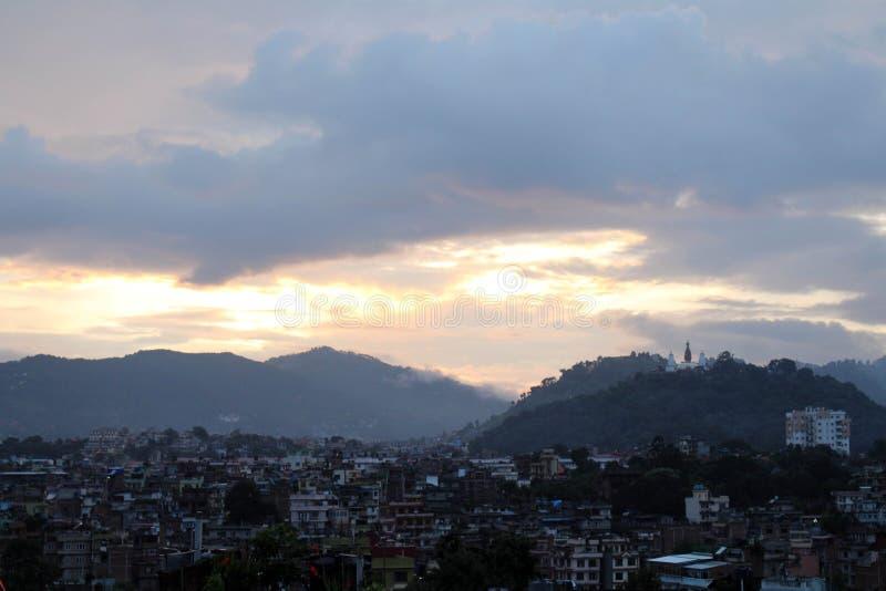 Η ρομαντική άποψη ηλιοβασιλέματος Swayambhunath Stupa από τη στέγη στοκ εικόνες