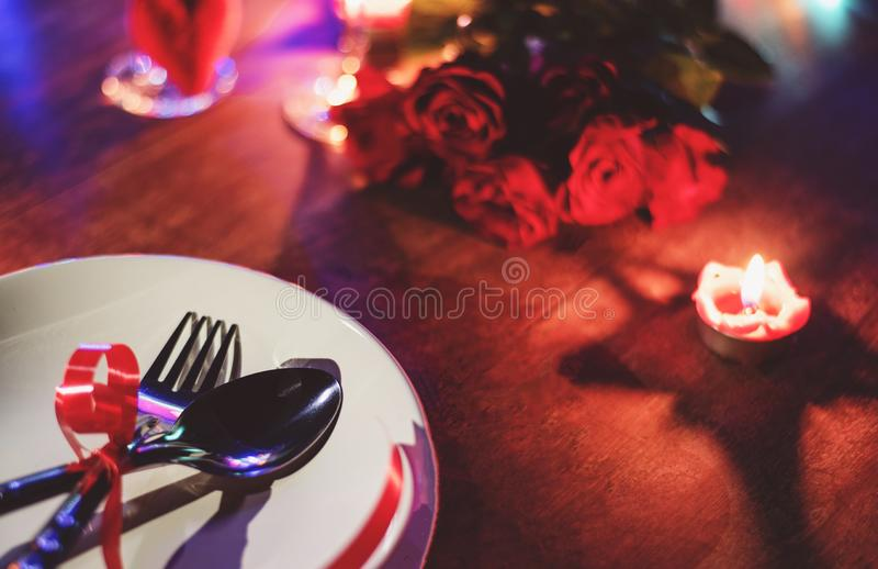 Η ρομαντική έννοια αγάπης γευμάτων βαλεντίνων/η ρομαντική επιτραπέζια ρύθμιση διακόσμησε με το κουτάλι δικράνων στο άσπρα πιάτο κ στοκ εικόνες με δικαίωμα ελεύθερης χρήσης