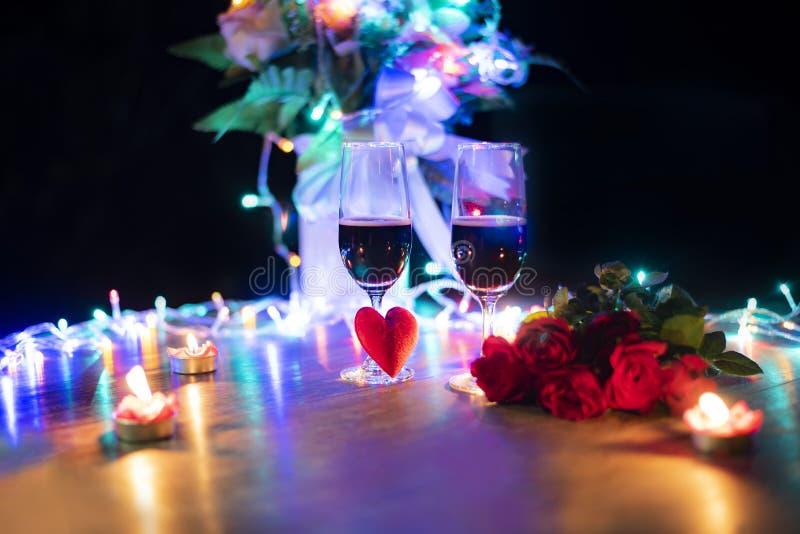Η ρομαντική έννοια αγάπης γευμάτων βαλεντίνων/η ρομαντική επιτραπέζια ρύθμιση διακόσμησε με το κόκκινο γυαλί σαμπάνιας καρδιών κα στοκ εικόνες