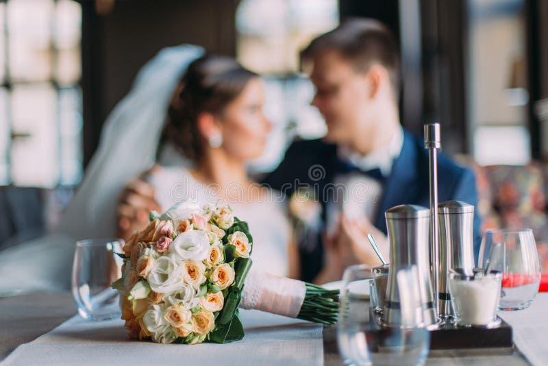 Η ρομαντική στιγμή το ζεύγος Μοντέρνος νέος νεόνυμφος και η όμορφη εκμετάλλευση νυφών του μεταξύ τους γάμος πρώτου πλάνου εστίαση στοκ εικόνες