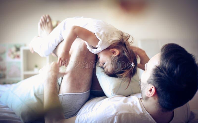 Η ρουτίνα πρωινού μας Ενιαίος πατέρας με το παιδί του στοκ φωτογραφίες