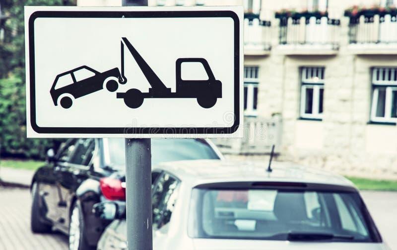 Η ρυμούλκηση υπογράφει μακριά, καμία θέση στάθμευσης, μπλε φίλτρο στοκ εικόνες με δικαίωμα ελεύθερης χρήσης