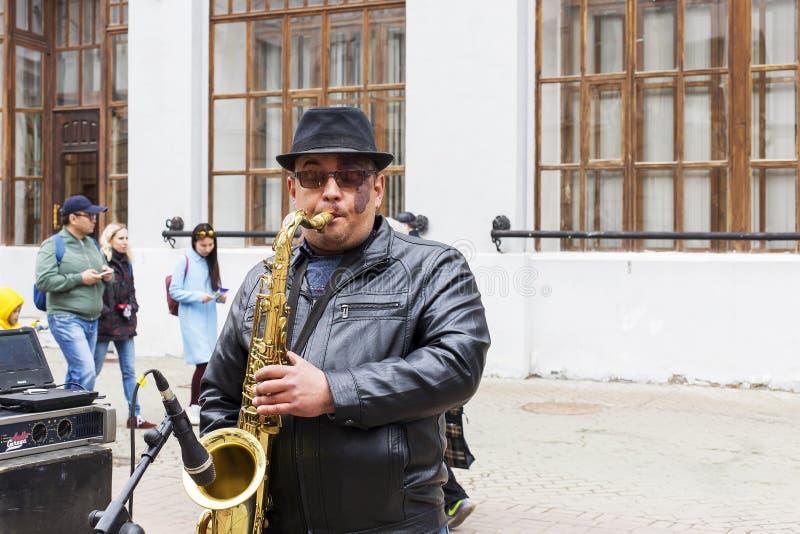 Η Ρωσία, Kazan, μπορεί 1, το 2018, ένα άτομο στην οδό που παίζει το saxophone, εκδοτικό στοκ εικόνα με δικαίωμα ελεύθερης χρήσης