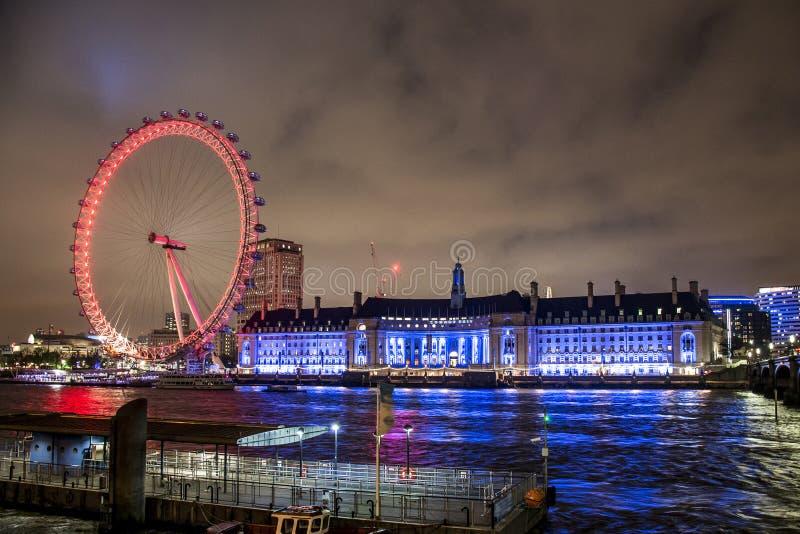 Η ρόδα ferris ματιών του Λονδίνου φώτισε τη νύχτα πόλεων στοκ εικόνα με δικαίωμα ελεύθερης χρήσης