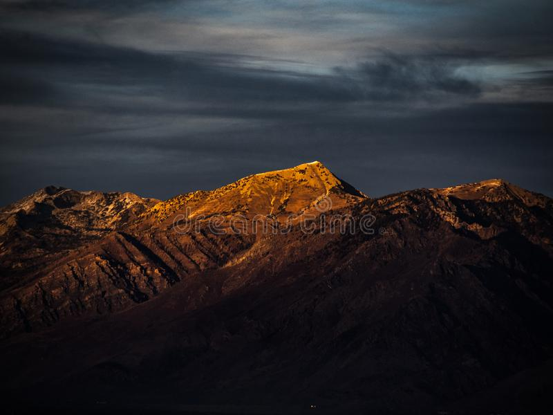 Η ρύθμιση του ήλιου απεικονίζει το χρυσό πορτοκαλί φως στις κορυφές των αιχμών βουνών στη Γιούτα στοκ εικόνες με δικαίωμα ελεύθερης χρήσης
