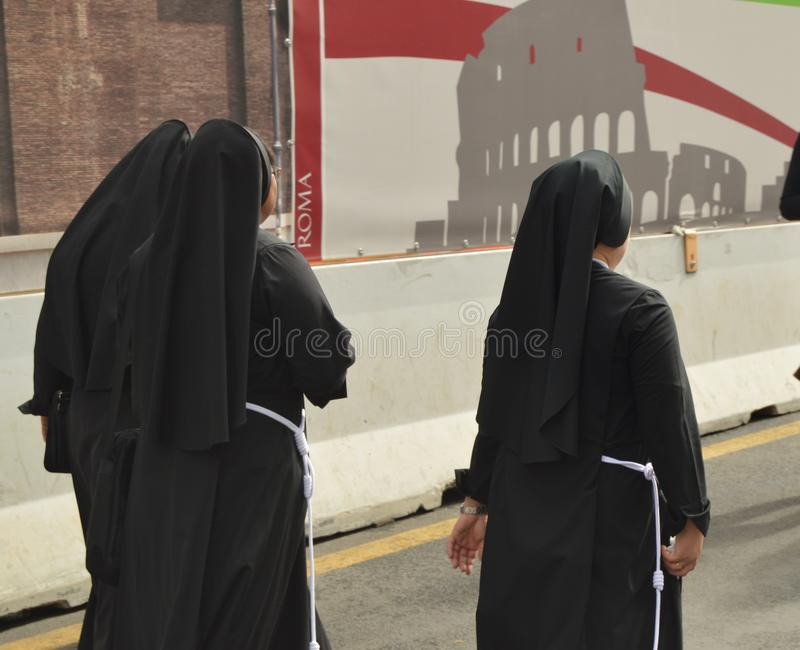 Η Ρώμη, Ιταλία 7 Οκτωβρίου 2018, τρεις καλόγριες έντυσε στις μαύρες τηβέννους περπατώντας τις οδούς της Ρώμης, η άποψη από την πλ στοκ εικόνες