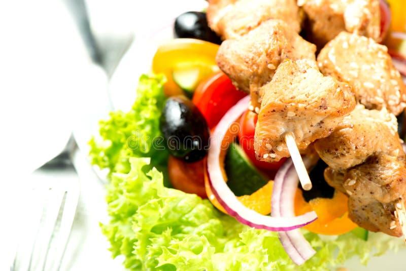 Η σαλάτα με συναντά τα λαχανικά και τα πράσινα στενό σε επάνω πιάτων στοκ φωτογραφίες