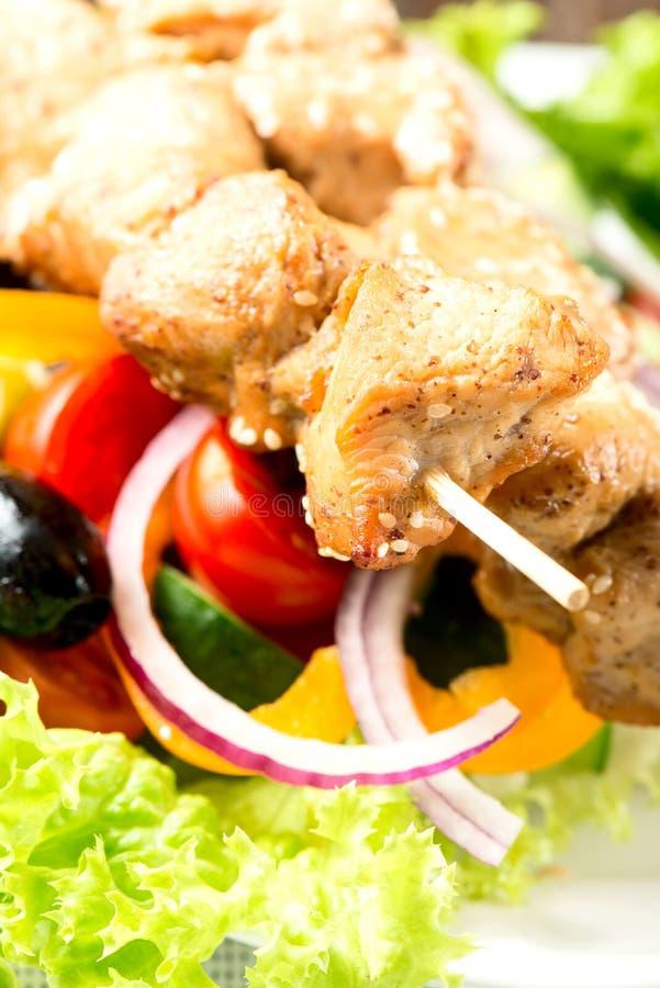 Η σαλάτα με συναντά τα λαχανικά και τα πράσινα στο πιάτο στο επιτραπέζιο ύφασμα στοκ εικόνα με δικαίωμα ελεύθερης χρήσης
