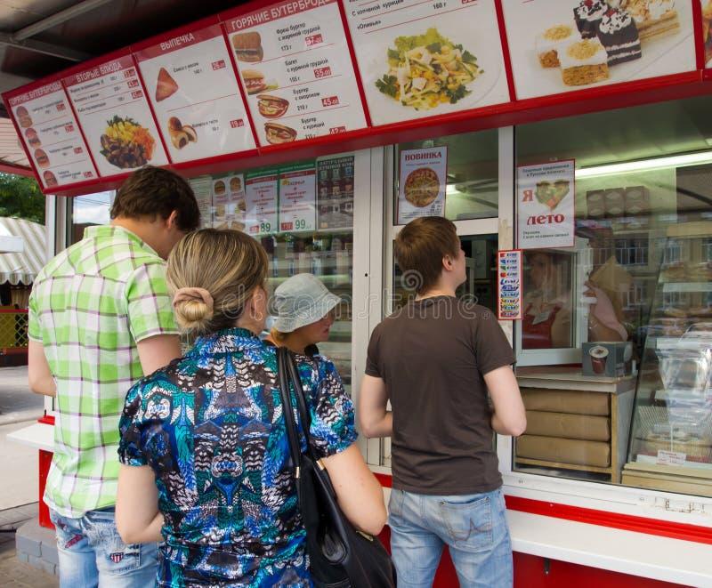 Η σειρά αναμονής στο περίπτερο γρήγορου φαγητού στο πανεπιστημιακό τετράγωνο σε Voronezh, Ρωσία στοκ εικόνες
