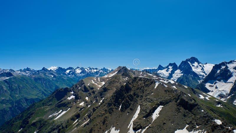 Η σειρά βουνών στο αριστερό είναι Elbrus Dombay, βόρειος Καύκασος, Ρωσία στοκ εικόνες