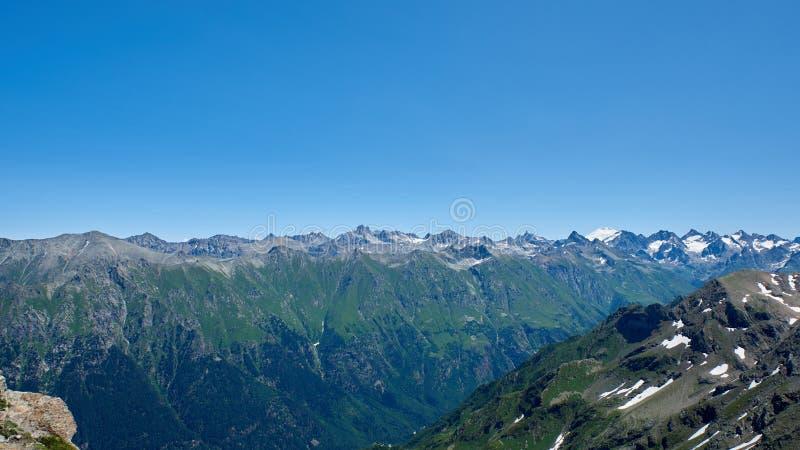 Η σειρά βουνών στο δικαίωμα είναι Elbrus Dombay, βόρειος Καύκασος, Ρωσία στοκ φωτογραφία