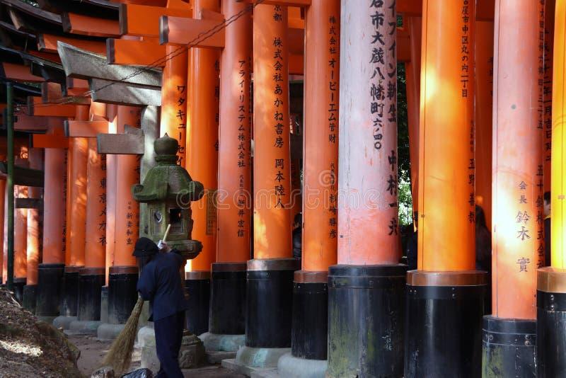 Η σειρά του torii στη λάρνακα Fushimi Inari, το torii υποστηρίζεται από τις επιχειρήσεις ή τους επιχειρηματίες στοκ εικόνες