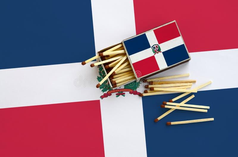Η σημαία Δομινικανής Δημοκρατίας παρουσιάζεται σε ένα ανοικτό σπιρτόκουτο, από το οποίο διάφορες αντιστοιχίες αφορούν και βρίσκον στοκ φωτογραφίες