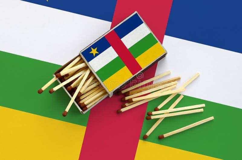 Η σημαία Κεντροαφρικανικής Δημοκρατίας παρουσιάζεται σε ένα ανοικτό σπιρτόκουτο, από το οποίο διάφορες αντιστοιχίες αφορούν και β στοκ εικόνα