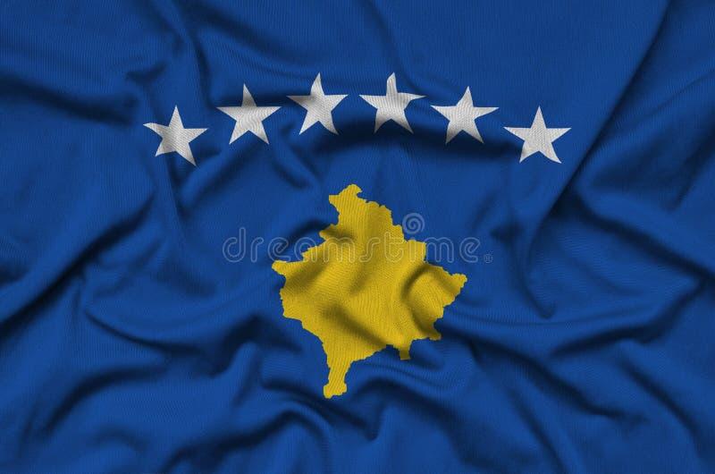 Η σημαία Κοσόβου απεικονίζεται σε ένα ύφασμα αθλητικών υφασμάτων με πολλές πτυχές Έμβλημα αθλητικών ομάδων στοκ εικόνες