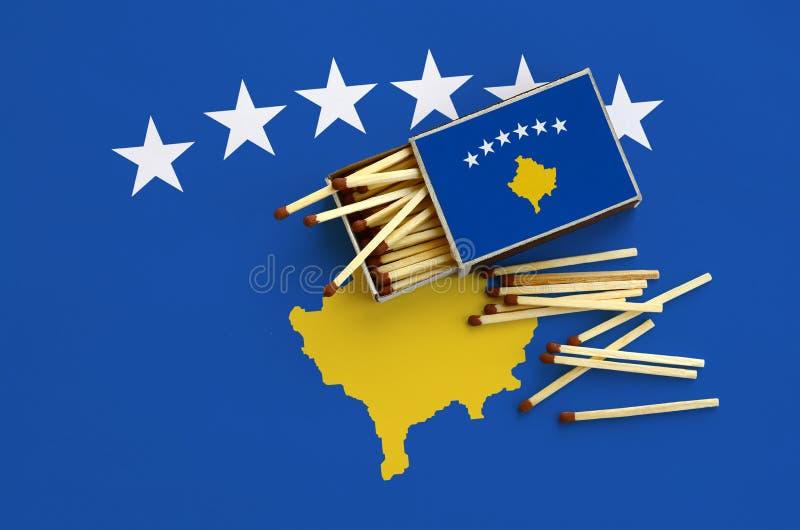 Η σημαία Κοσόβου παρουσιάζεται σε ένα ανοικτό σπιρτόκουτο, από το οποίο διάφορες αντιστοιχίες αφορούν και βρίσκονται μια μεγάλη σ στοκ φωτογραφία με δικαίωμα ελεύθερης χρήσης