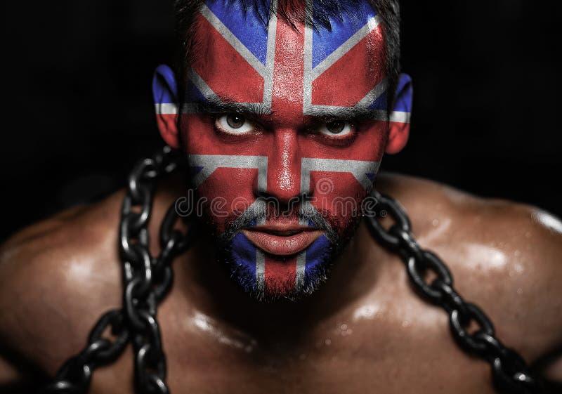 Η σημαία της Αγγλίας στο πρόσωπο ενός νεαρού άνδρα στις αλυσίδες στοκ φωτογραφίες με δικαίωμα ελεύθερης χρήσης
