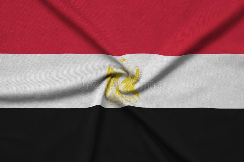 Η σημαία της Αιγύπτου απεικονίζεται σε ένα ύφασμα αθλητικών υφασμάτων με πολλές πτυχές Έμβλημα αθλητικών ομάδων στοκ φωτογραφία με δικαίωμα ελεύθερης χρήσης
