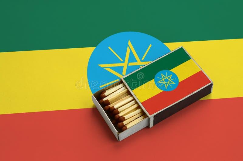 Η σημαία της Αιθιοπίας παρουσιάζεται σε ένα ανοικτό σπιρτόκουτο, το οποίο γεμίζουν με τις αντιστοιχίες και βρίσκεται σε μια μεγάλ στοκ φωτογραφίες