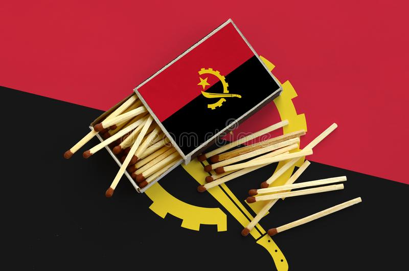 Η σημαία της Ανγκόλα παρουσιάζεται σε ένα ανοικτό σπιρτόκουτο, από το οποίο διάφορες αντιστοιχίες αφορούν και βρίσκονται μια μεγά στοκ φωτογραφία