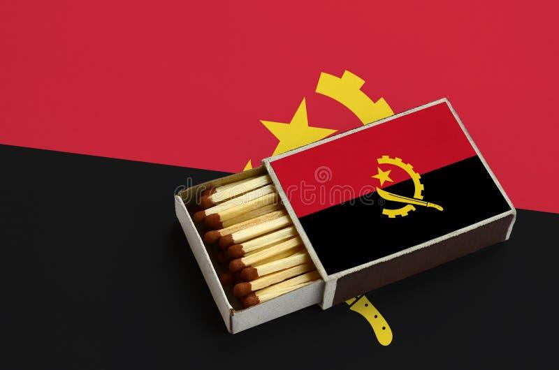 Η σημαία της Ανγκόλα παρουσιάζεται σε ένα ανοικτό σπιρτόκουτο, το οποίο γεμίζουν με τις αντιστοιχίες και βρίσκεται σε μια μεγάλη  στοκ φωτογραφία με δικαίωμα ελεύθερης χρήσης