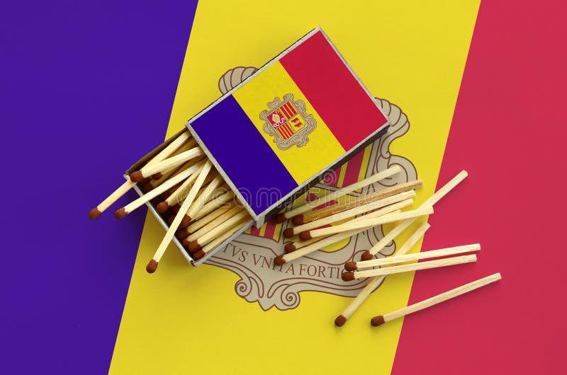 Η σημαία της Ανδόρας παρουσιάζεται σε ένα ανοικτό σπιρτόκουτο, από το οποίο διάφορες αντιστοιχίες αφορούν και βρίσκονται μια μεγά στοκ φωτογραφία με δικαίωμα ελεύθερης χρήσης
