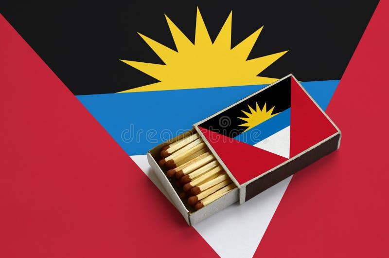 Η σημαία της Αντίγκουα και της Μπαρμπούντα παρουσιάζεται σε ένα ανοικτό σπιρτόκουτο, το οποίο γεμίζουν με τις αντιστοιχίες και βρ στοκ εικόνες με δικαίωμα ελεύθερης χρήσης