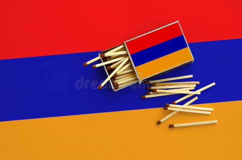 Η σημαία της Αρμενίας παρουσιάζεται σε ένα ανοικτό σπιρτόκουτο, από το οποίο διάφορες αντιστοιχίες αφορούν και βρίσκονται μια μεγ στοκ φωτογραφία με δικαίωμα ελεύθερης χρήσης