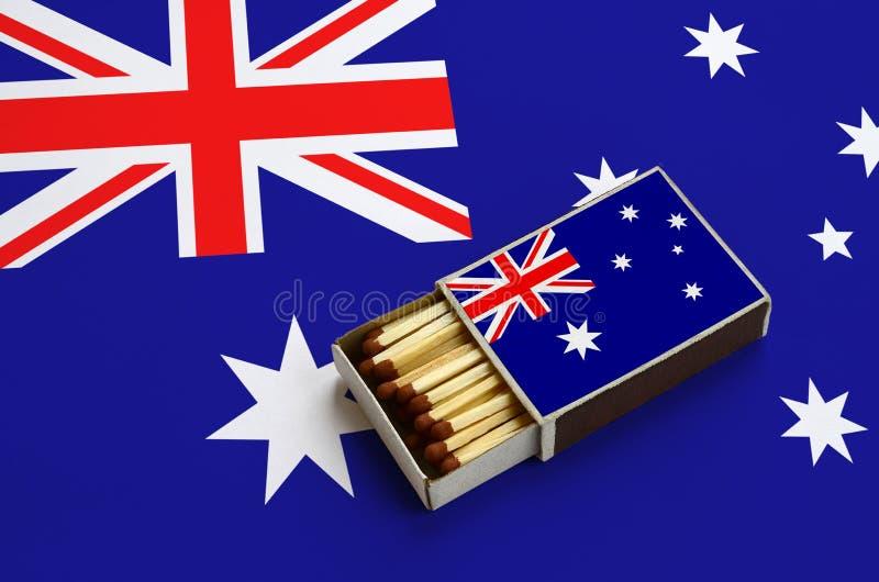 Η σημαία της Αυστραλίας παρουσιάζεται σε ένα ανοικτό σπιρτόκουτο, το οποίο γεμίζουν με τις αντιστοιχίες και βρίσκεται σε μια μεγά στοκ εικόνες