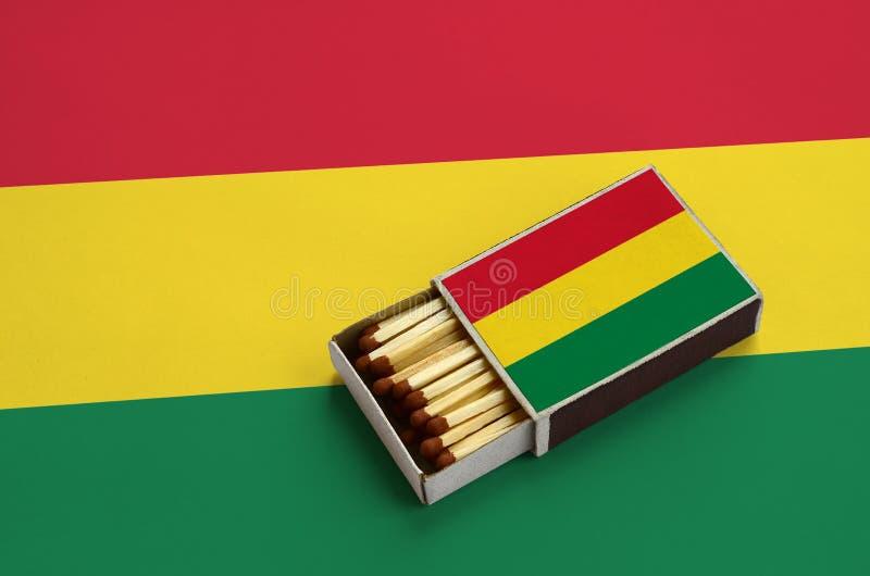 Η σημαία της Βολιβίας παρουσιάζεται σε ένα ανοικτό σπιρτόκουτο, το οποίο γεμίζουν με τις αντιστοιχίες και βρίσκεται σε μια μεγάλη στοκ εικόνες με δικαίωμα ελεύθερης χρήσης