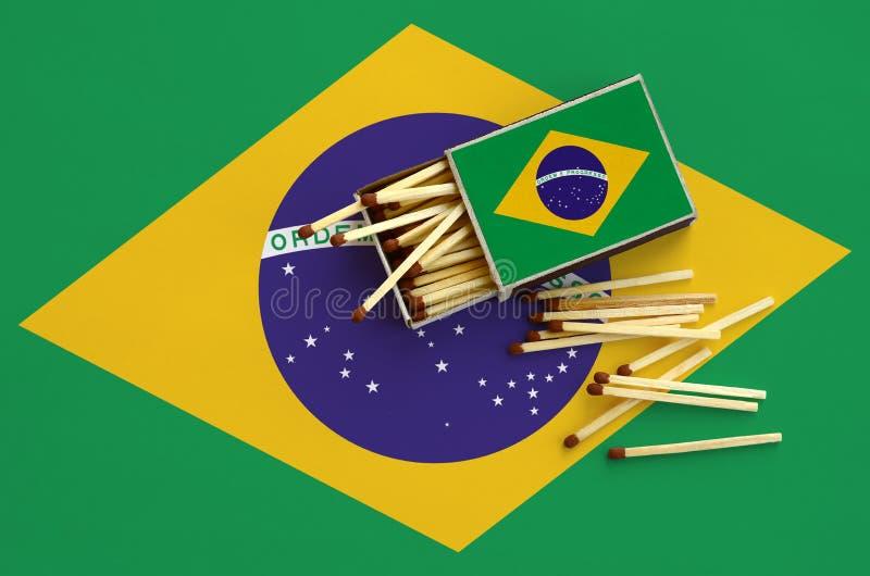 Η σημαία της Βραζιλίας παρουσιάζεται σε ένα ανοικτό σπιρτόκουτο, από το οποίο διάφορες αντιστοιχίες αφορούν και βρίσκονται μια με στοκ φωτογραφίες