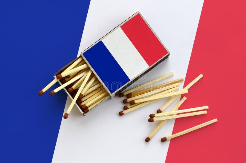 Η σημαία της Γαλλίας παρουσιάζεται σε ένα ανοικτό σπιρτόκουτο, από το οποίο διάφορες αντιστοιχίες αφορούν και βρίσκονται μια μεγά στοκ εικόνες
