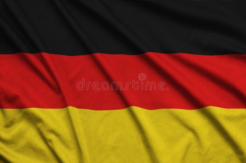 Η σημαία της Γερμανίας απεικονίζεται σε ένα ύφασμα αθλητικών υφασμάτων με πολλές πτυχές Έμβλημα αθλητικών ομάδων στοκ εικόνες