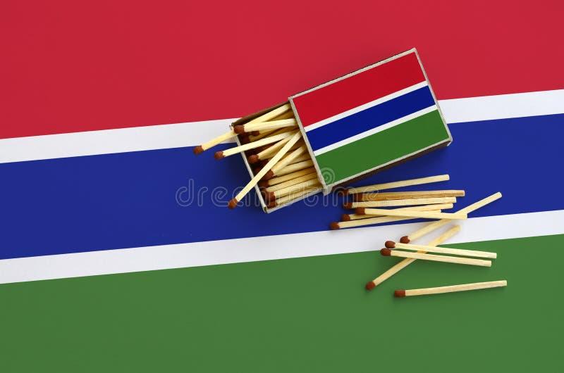 Η σημαία της Γκάμπιας παρουσιάζεται σε ένα ανοικτό σπιρτόκουτο, από το οποίο διάφορες αντιστοιχίες αφορούν και βρίσκονται μια μεγ στοκ εικόνα με δικαίωμα ελεύθερης χρήσης