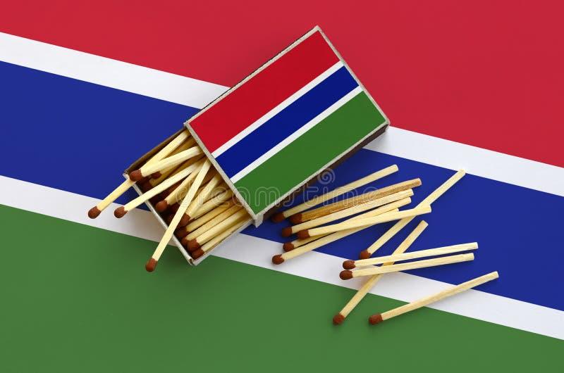 Η σημαία της Γκάμπιας παρουσιάζεται σε ένα ανοικτό σπιρτόκουτο, από το οποίο διάφορες αντιστοιχίες αφορούν και βρίσκονται μια μεγ στοκ φωτογραφίες με δικαίωμα ελεύθερης χρήσης