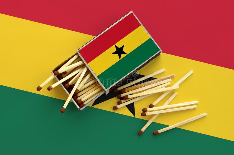 Η σημαία της Γκάνας παρουσιάζεται σε ένα ανοικτό σπιρτόκουτο, από το οποίο διάφορες αντιστοιχίες αφορούν και βρίσκονται μια μεγάλ στοκ φωτογραφία με δικαίωμα ελεύθερης χρήσης