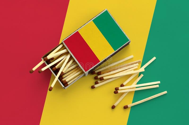 Η σημαία της Γουινέας παρουσιάζεται σε ένα ανοικτό σπιρτόκουτο, από το οποίο διάφορες αντιστοιχίες αφορούν και βρίσκονται μια μεγ στοκ φωτογραφίες με δικαίωμα ελεύθερης χρήσης