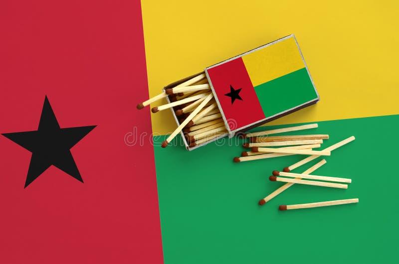 Η σημαία της Γουινέα-Μπισσάου παρουσιάζεται σε ένα ανοικτό σπιρτόκουτο, από το οποίο διάφορες αντιστοιχίες αφορούν και βρίσκονται στοκ φωτογραφία με δικαίωμα ελεύθερης χρήσης