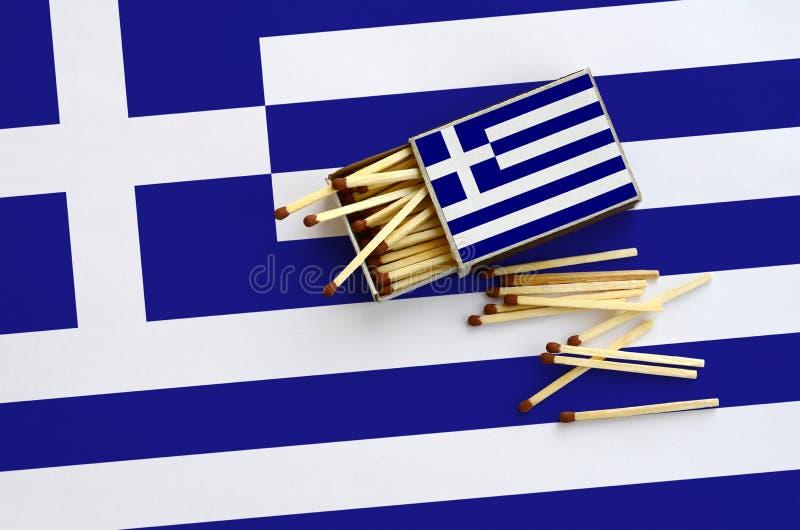 Η σημαία της Ελλάδας παρουσιάζεται σε ένα ανοικτό σπιρτόκουτο, από το οποίο διάφορες αντιστοιχίες αφορούν και βρίσκονται μια μεγά στοκ εικόνες με δικαίωμα ελεύθερης χρήσης