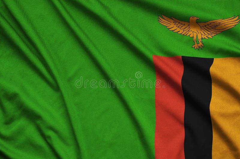 Η σημαία της Ζάμπια απεικονίζεται σε ένα ύφασμα αθλητικών υφασμάτων με πολλές πτυχές Έμβλημα αθλητικών ομάδων στοκ φωτογραφία με δικαίωμα ελεύθερης χρήσης