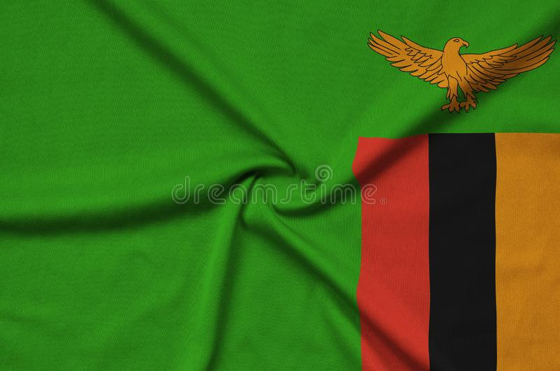 Η σημαία της Ζάμπια απεικονίζεται σε ένα ύφασμα αθλητικών υφασμάτων με πολλές πτυχές Έμβλημα αθλητικών ομάδων στοκ εικόνες
