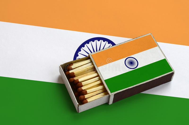 Η σημαία της Ινδίας παρουσιάζεται σε ένα ανοικτό σπιρτόκουτο, το οποίο γεμίζουν με τις αντιστοιχίες και βρίσκεται σε μια μεγάλη σ στοκ εικόνες