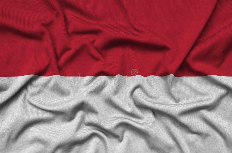 Η σημαία της Ινδονησίας απεικονίζεται σε ένα ύφασμα αθλητικών υφασμάτων με πολλές πτυχές Έμβλημα αθλητικών ομάδων στοκ εικόνα