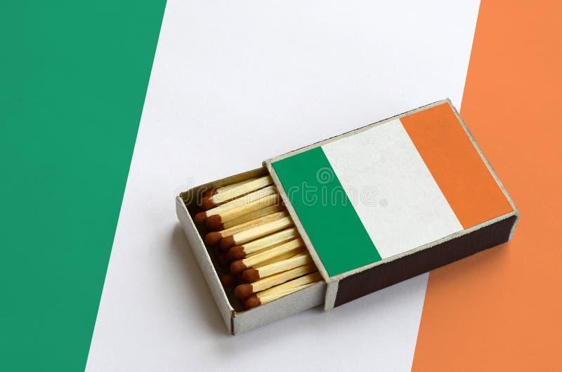 Η σημαία της Ιρλανδίας παρουσιάζεται σε ένα ανοικτό σπιρτόκουτο, το οποίο γεμίζουν με τις αντιστοιχίες και βρίσκεται σε μια μεγάλ στοκ φωτογραφία με δικαίωμα ελεύθερης χρήσης