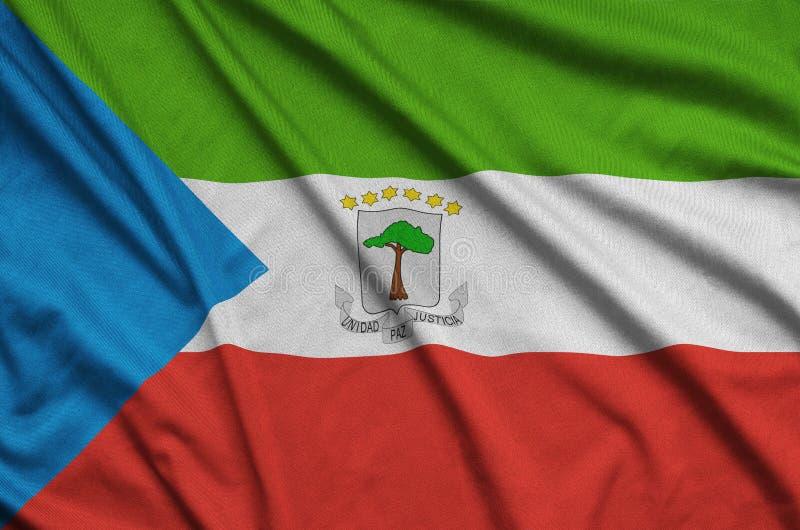 Η σημαία της Ισημερινής Γουινέας απεικονίζεται σε ένα ύφασμα αθλητικών υφασμάτων με πολλές πτυχές Έμβλημα αθλητικών ομάδων στοκ εικόνες